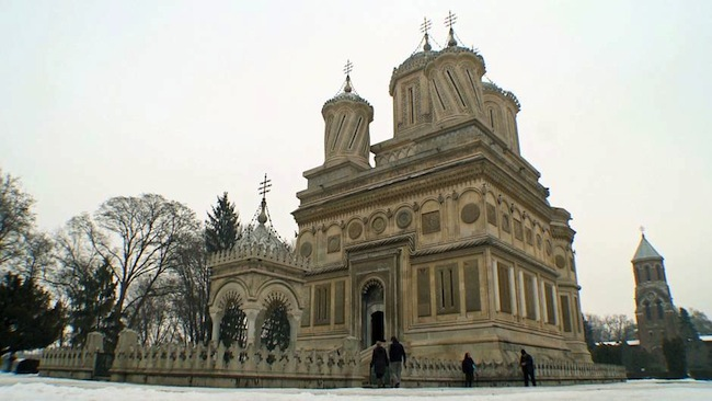 Adt, Dominique. Enquête d'ailleurs. Roumanie : au pays des vampires. 2013